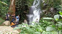 Foto: Bersantap Durian Sambil Menikmati Air Terjun di Banjarnegara