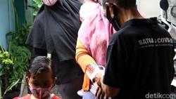 Pemberian vitamin A dan obat cacing dilakukan di Posyandu RW 07 Kelurahan Tanah Baru, Beji, Kota Depok, Jawa Barat. Begini momen para Balita diberi vitamin A.