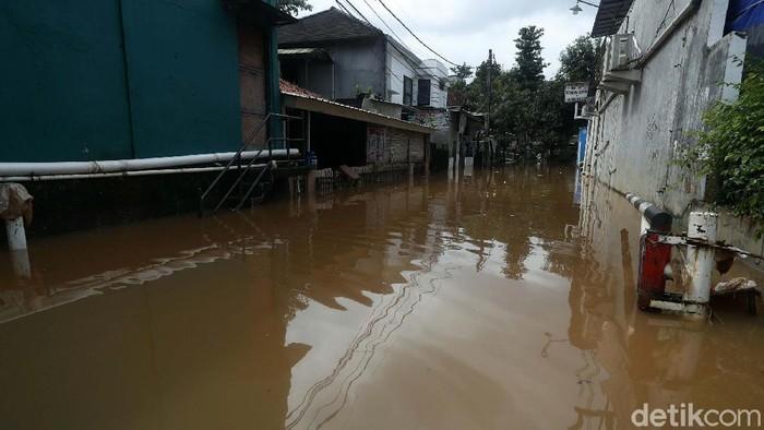 Perumahan Buana Jaya, Jati Asih, Kota Bekasi, masih terendam banjir, Minggu (21/02/2021). Ketinggian air masih sepinggang orang dewasa.