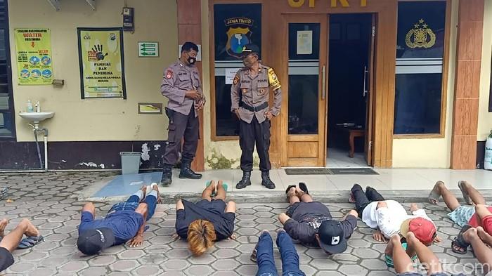Belasan pemuda dari beberapa desa di Lamongan diamankan polisi. Mereka menggelar pesta miras tuak di sebuah warung.