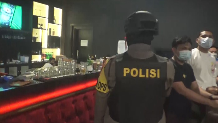 Petugas gabungan tutup paksa THM di Makassar, Sulsel, karena langgar jam operasional (Dok istimewa)