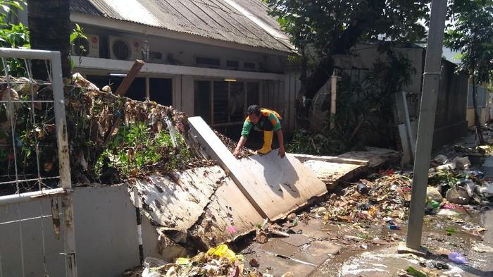 Tembok salah satu rumah di Komplek Polri Pondok Karya, Jaksel, roboh.