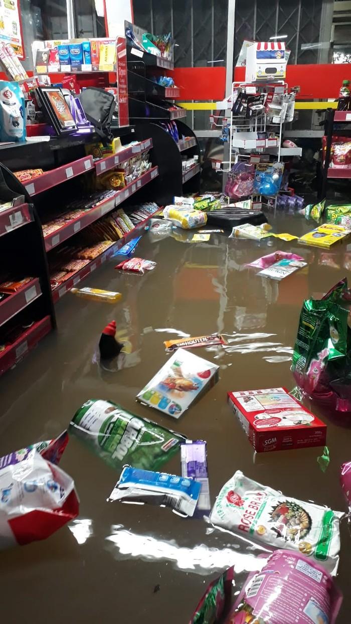 Lebih dari 40 gerai ritel Alfamart diterpa banjir yang melanda Jabodetabek. Mayoritas kejadian dialami di Bekasi. Begini penampakannya.