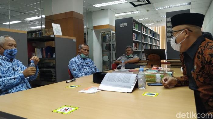 Ada kisah mistis yang dialami tiga pustakawan Perpusnas Bung Karno (BK). Mereka baru menyadarinya selang beberapa tahun kemudian dan belum menemukan jawaban sampai sekarang.