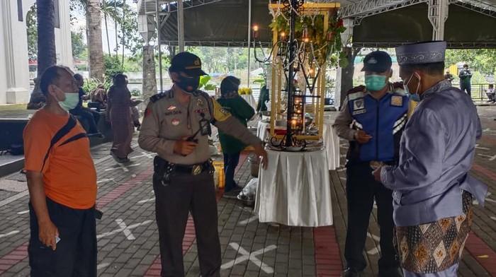 Sebuah resepsi pernikahan di Surabaya dibubarkan polisi. Pembubaran itu sebagai penerapan 5M di masa PPKM Mikro.