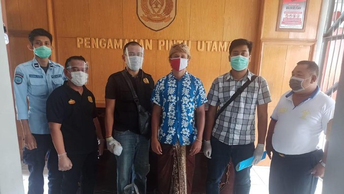 Seksi Intelijen dan Penindakan Keimigrasian Kantor Imigrasi Kelas I TPI Denpasar melaksanakan penjemputan terhadap Arseny Trofimov ke Rutan Kelas IIB Bangli, Sabtu (20/2/2021). (Foto: Dok. Kanwil Kemenkumham Bali)