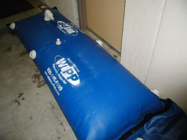 Water Inflated Property Protector (WIPP) tanggul air portabel untuk menggantikan fungsi karung pasir, buatan Hydroresponse, Selandia Baru.