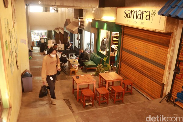 Bertempat di kawasan Pasar Kosambi, The Hallway menyuguhkan puluhan tenant yang menjual beragam produk fashion hingga kuliner yang dibuat oleh milenial Bandung.