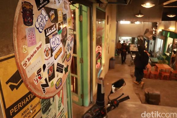 The Hallway bisa menjadi tempat alternatif bagi milenial berniaga. Di sana dijual berbagai produk apparel, clothing dan distro.
