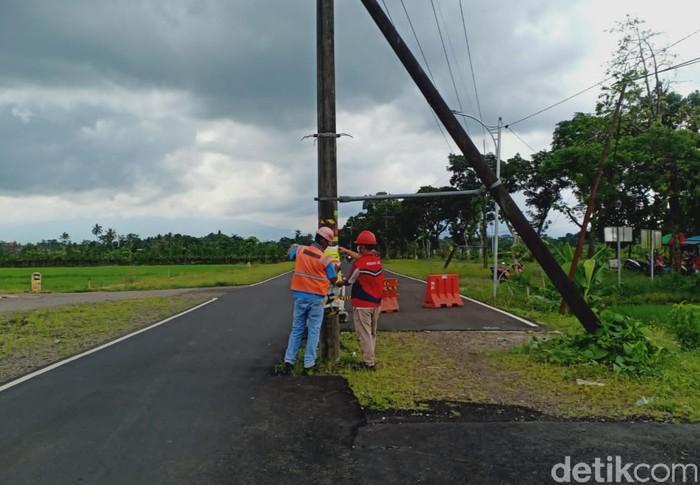 Tiang listrik yang berdiri di tengah jalan raya Desa Dasri, Kecamatan Tegalsari menyebabkan kecelakaan hingga korban tewas. Kini PLN Banyuwangi angkat bicara.