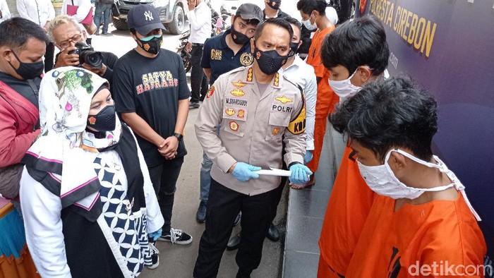Sat Reskrim Polresta Cirebon meringkus 10 anggota geng yang terlibat tawuran. Korban dianiaya hingga tiga jarinya putus akibat sabetan pedang.