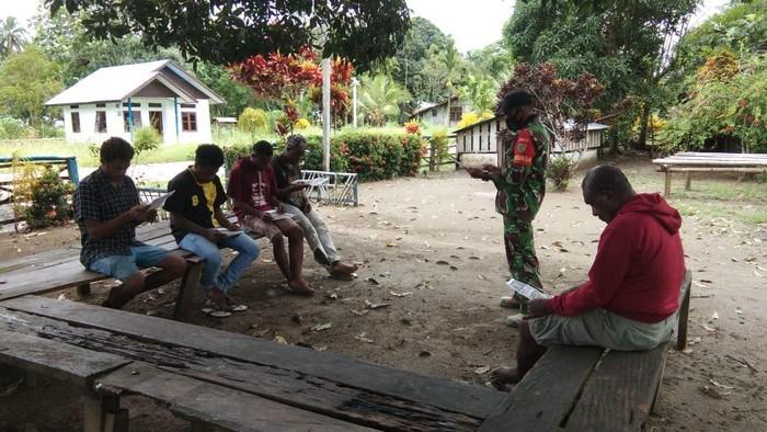 Babinsa Koramil 1712-07/Pantai Barat Serda Agustinus Tusadin ajak pemuda di Distrik Sarmi, Papua masuk TNI AD.