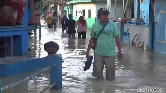 Banjir masih genangi pemukiman warga di Subang.