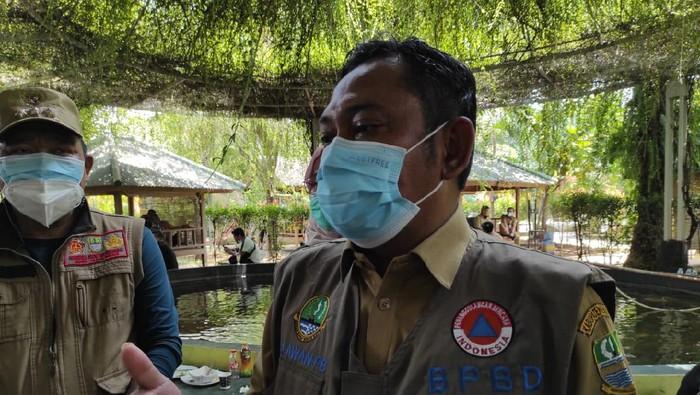 Bupati Bekasi Eka Supria Atmaja meninjau lokasi banjir di Pebayuran, Kabupaten Bekasi, Senin (22/2/2021).