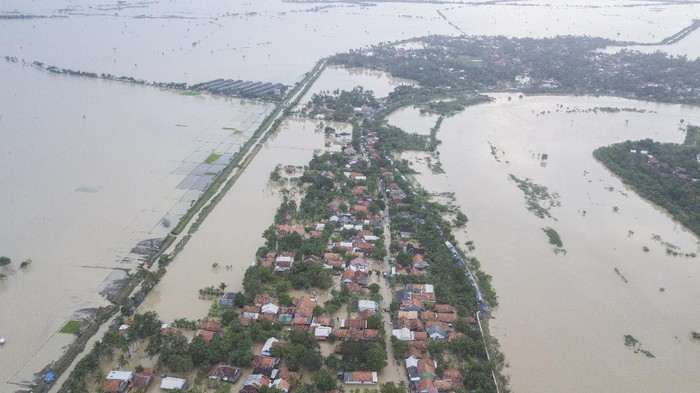 Jebolnya tanggul Sungai Citarum menyebabkan sejumlah kawasan di Kabupaten Bekasi terendam banjir. Berikut penampakannya.