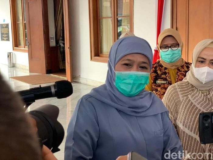 Gubernur Jatim Khofifah Indar Parawansa memastikan PPKM Mikro diperpanjang di seluruh kabupaten/kota. Ia menilai PPKM Mikro jilid 1 efektif