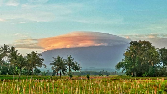 Puncak Gunung Raung sempat tertutup awan Lenticularis. Awan itu menbuat gunung setinggi 3.332 mdpl tersebut tampak seperti bertopi.