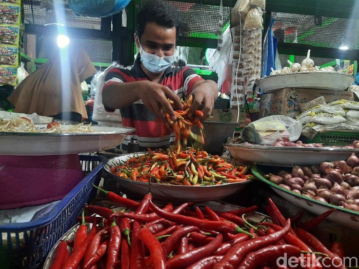 Harga cabai di sejumlah pasar di Surabaya mengalami kenaikan. Pedagang menduga, naiknya harga cabai karena daerah pemasok dilanda bencana.