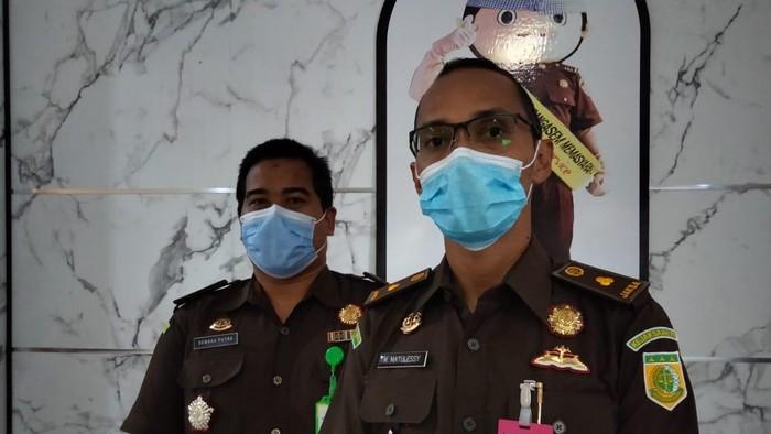 Kasi Pidsus Kejari Karangasem M Matulessy (kanan) dan Kasi Intel (kiri) saat memberikan keterangan. (Foto: Dok. Humas Kejari Karangasem)