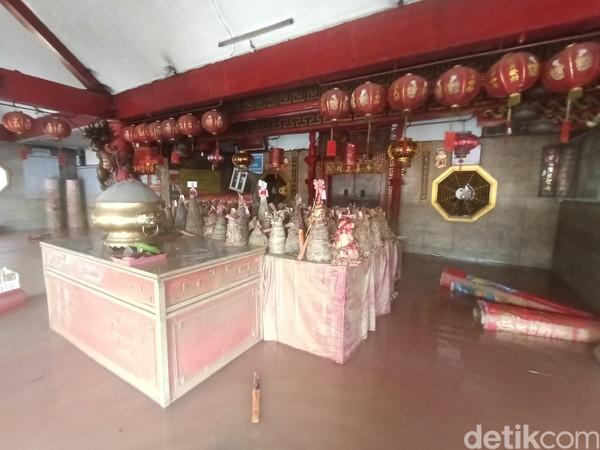 Kelenteng Sian Djin Ku Poh ini merupakan bukti sejarah bagi keberadaan etnis Tionghoa di Karawang