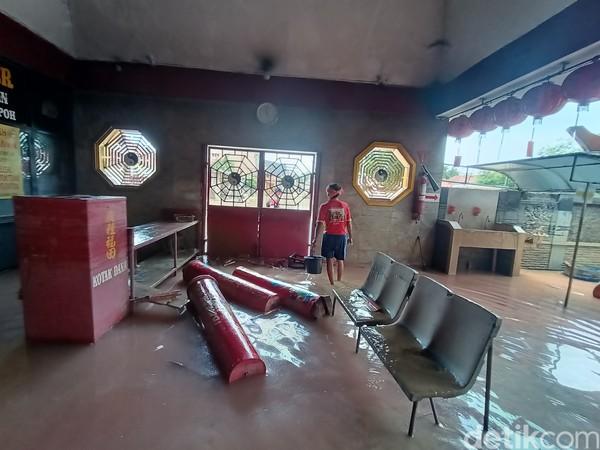 Air pada pukul 16.00 WIB, hari Senin (22/2) masih menggenangi kampung Benteng atau Kampung Cina yang berada di sekitaran Kelenteng Sian Djin Ku Poh di Desa Tanjungmekar, Kecamatan Karawang Barat.