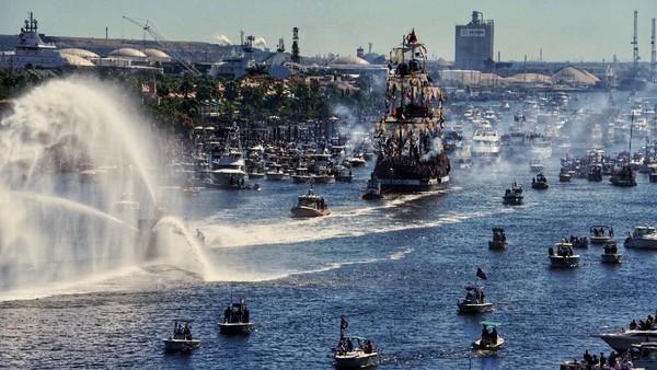 Festival bajak laut Gasparilla sudah digelar sejak tahun 1904. Organisasi Ye Mystic Krewe yang mengadakan acara ini selalu menarik ratusan ribu orang tiap tahunnya. Kapal-kapal bajak laut biasanya berjejer di sepanjang Teluk Tampa di Bayshore Boulevard.