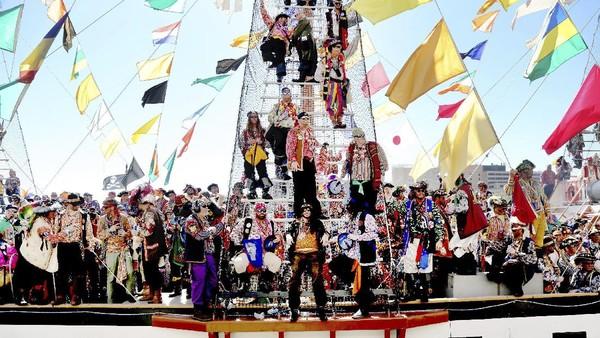 Mereka biasanya datang ke darat dari kapal layar setinggi 50 meter yang didesain seolah berasal dari abad ke 18. Para krewe datang berbondong seakan ingin menjarah kota. Sayang, kemeriahan itu tak terlihat di tahun ini.