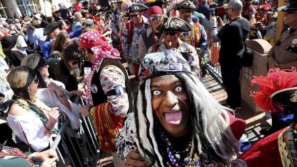 Parade Gasparilla meliputi musik, pernak pernik hingga marching band membuat banyak orang bersorak gembira. Pemain utama yang menarik perhatian adalah anggota krewe selaku penyelenggara festival yang berpakaian seperti bajak laut.