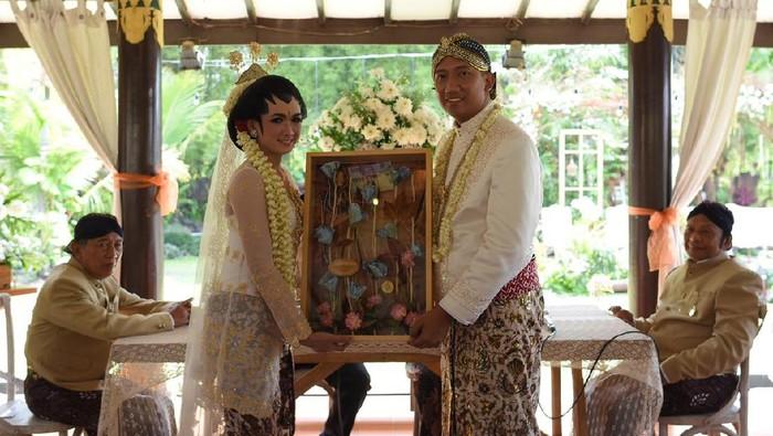 Fajar Widi dan pasangannya melangsungkan pernikahan dengan mahar satu keping Bitcoin.