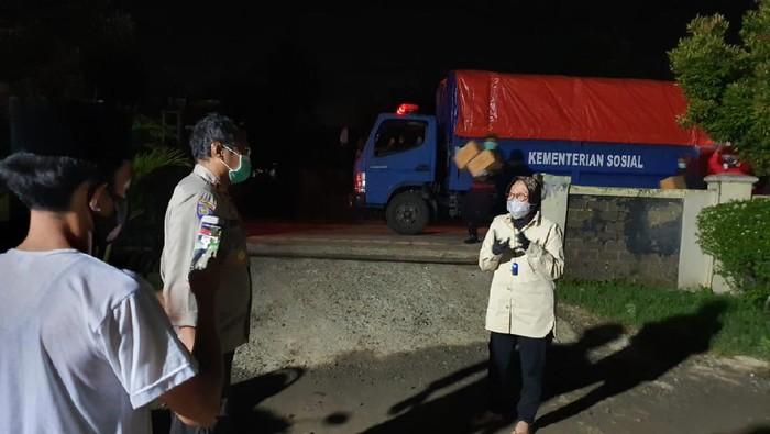 Mensos Risma beri bantuan ke korban banjir di Kabupaten Bekasi (Istimewa)