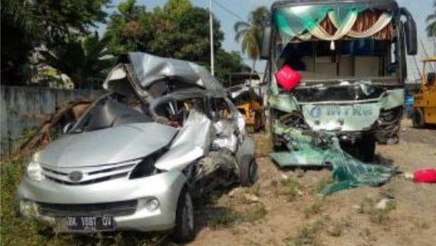Penampakan mobil Avanza dan bus yang terlibat kecelakaan di Tebing Tinggi, Sumut, Minggu (21/2/2021).