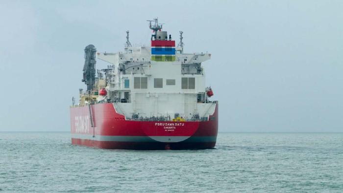 Kapal Floating Storage Regasification Unit (FSRU) Jawa Satu berlabuh di kawasan perairan Pelabuhan Patimban, Subang, Jawa Barat. Kapal akan bersandar selama dua minggu kedepan.