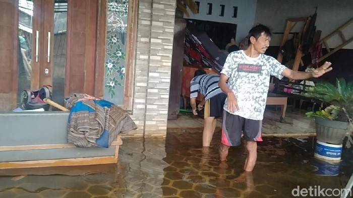 Mulyiantono (49), korban banjir warga Tirto, Pekalongan Barat, Kota Pekalongan, Senin (22/2/2021).