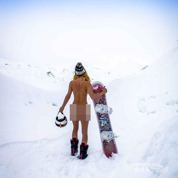 Nudis terlanjang saat main ski