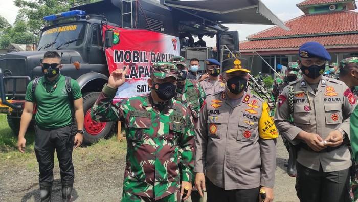 Pangdam Jaya Mayjen TNI Dudung Abdurrachman dan Kapolda Metro Jaya Irjen Fadil Imran tinjau penanganan banjir di Pebayuran, Kabupaten Bekasi, Senin (22/2/2021).