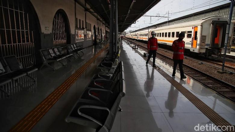 Sejumlah warga melakukan pembatalan tiket KA Jarak Jauh di kawasan Stasiun Pasar Senen Jakarta Pusat,Senin (22/2).PT KAI DAOP 1 Jakarta membatalkan 15 jadwal perjalanan kereta api jarak jauh dari Stasiun Pasar Senen dan Stasiun Gambar. Pembatalan perjalanan kereta ini disebabkan banjir yang menerjang rel di wilayah Kedunggedeh hingga Lemah Abang.