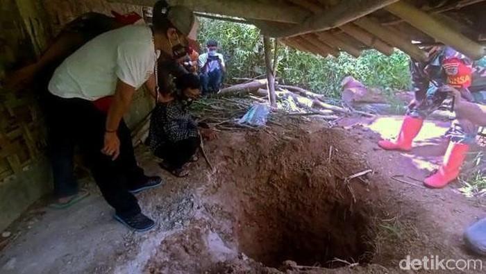 Polisi gelar olah TKP pembunuhan Kasinem yang tulang belulangnya ditemukan di lubang septic tank. Pelaku pembunuhan pun turut dihadirkan polisi.