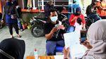 Antusias Warga Cairkan BST Rp 300 Ribu di Depok