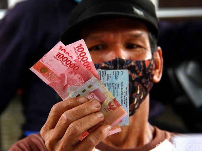 Pencairan dan BST Rp 300 ribu digelar serentak di 13 RW yang berada di kawasan Depok, Jawa Barat. Warga pun antusias mencairkan bantuan sosial tunai tersebut.