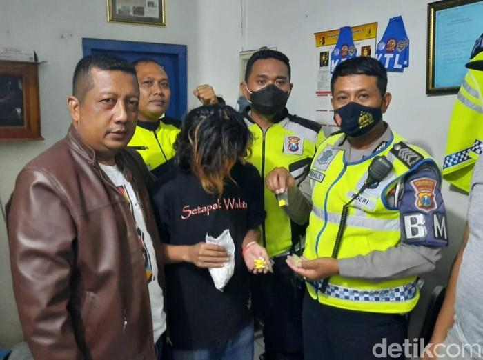 Seorang pengedar obat keras ditangkap di Banyuwangi. Ia diduga pengedar antardaerah.