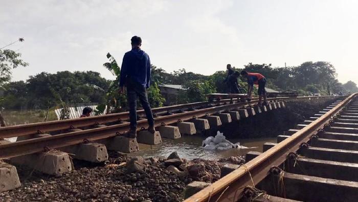 Petugas melakukan perbaikan dan pengecekan rel kereta api cyang rusak.