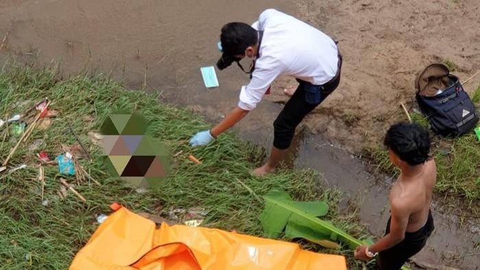 Polisi melakukan olah TKP di lokasi penemuan jasad bayi di Pinggir Sungai Cimanuk, Garut.