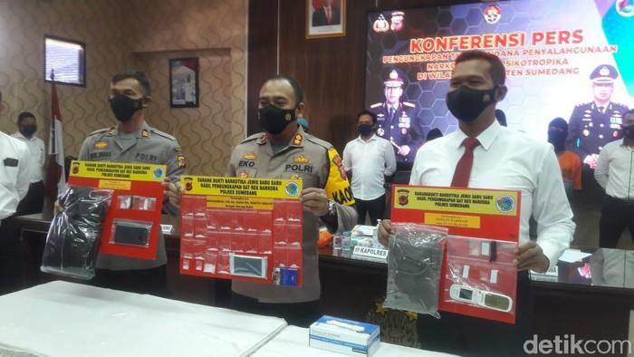 Polisi perlihatkan barang bukti dari kurir sabu yang ditangkap di Sumedang.