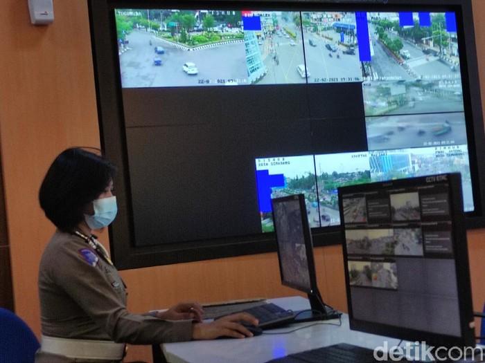 Polwan memantau CCTV di kantor Ditlantas Polda Jateng, Semarang, Senin (22/2/2021).