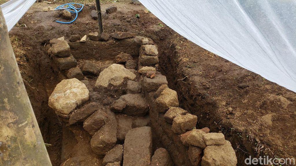 Warga Lereng Bromo Temukan Situs Diduga Prasasti Sapikerep