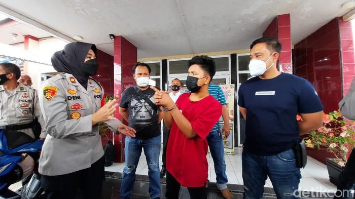 Pria di Palembang ditangkap saat berupaya mencuri sepeda motor. Dia mengaku memilih mencuri sepeda motor karena gagal mencuri ayam (Prima Syahbana/detikcom)