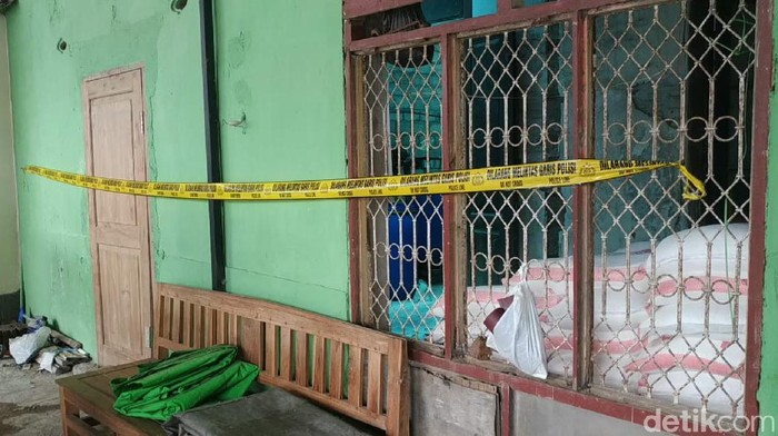 Polisi menggerebek rumah produksi pupuk cair oplosan di Kota Kediri. Sebanyak 12 orang diamanakan terkait kasus tersebut.