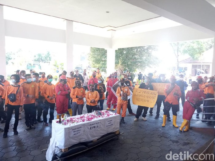 Relawan COVID-19 geruduk kantor DPRD Bantul, Senin (22/2/2021).