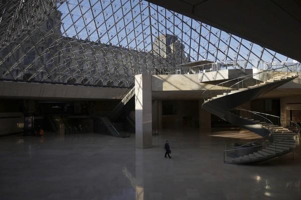 Setiap tahunnya, Museum Louvre yang menjadi rumah bagi lukisan Mona Lisa kerap dikunjungi sekitar 10 juta pengunjung setahun.
