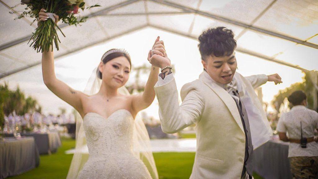 Reza Arap dan Wendy Walters Menikah, Busana Pengantinnya Bikin Salfok